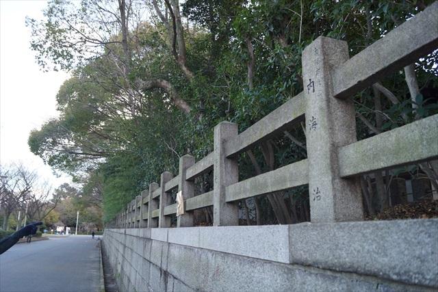 なお、玉垣(石製の柵)に寄進者の名前がある中で…