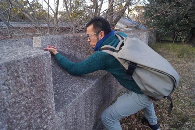 石垣の上にあるこのくぼみは、銃で敵を撃退するための狭間(さま)と呼ばれる銃眼です。