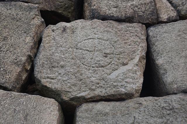 その面倒くさい石垣の一部には刻印がある。これは築城の際にどの藩から持って来られた石垣なのか示すもの。