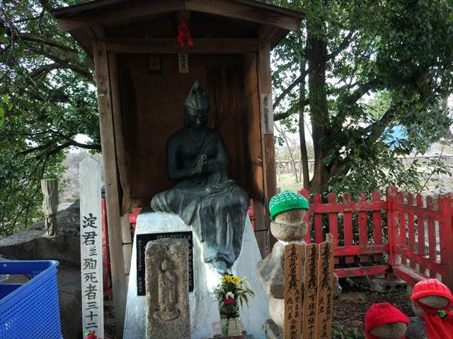 豊臣秀吉の側室・淀君の慰霊碑です。