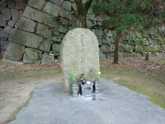 自刃の地の記念碑はもう少し目立っています。