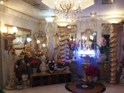 宮殿のようなホール。ゴールド! シャンデリア! 生花! そして電気! 何個なの!? 装飾品はもうどこから見ていいのかわからない。