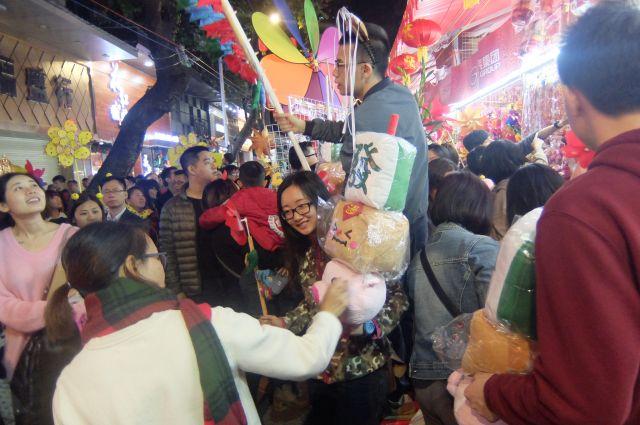 勢いで買っちゃいそうなグッズあり、人の勢いあり、お祭りは万国共通でなんか楽しい!