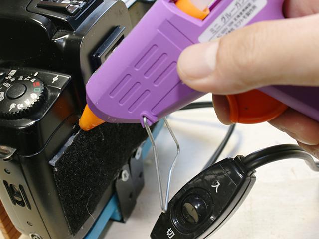 ホットボンドをだくだくと流し込んで、カメラ背面の凹凸を埋めるようにマジックテープを貼る。