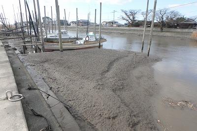 有明海での魚釣りでは潮の満ち引きに注意を払う必要がある。潮の干満差が日本一激しく、干潮時には船が陸に取り残されるほど。タイミングを誤ると水が数十メートル先まで干上がって、物理的に釣りにならないこともあるのだ。