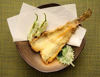 巨大ハゼ天ことハゼクチの天ぷら。大きさを大葉やシシトウと比較してみてほしい。
