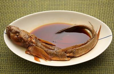 ハゼクチの姿煮。「ハゼを箸でむしって食べる」という貴重な経験ができた。