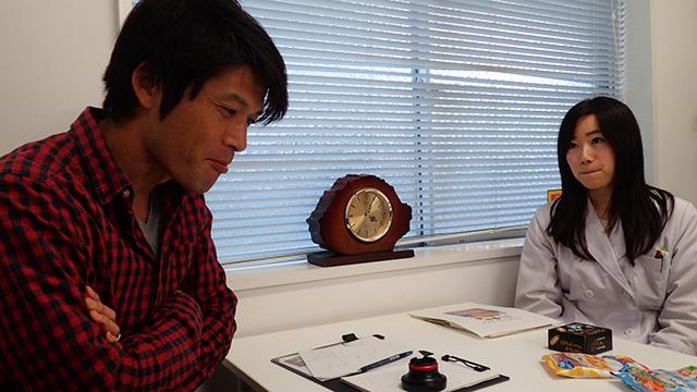 同じく商品開発部の加藤さんに見つめられながら。