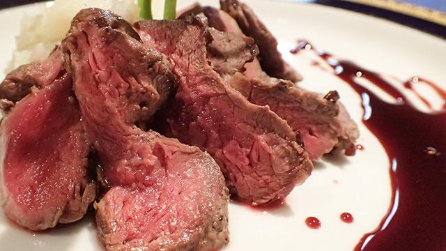 トナカイ肉のロースト。この写真を見ながらつぶグミを食べると、なるほどな、と思える味かも。