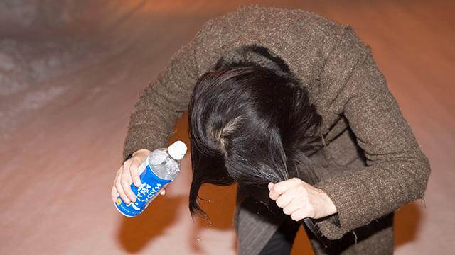 角を生やしたい部分に水をかける。このとき、髪をねじって尖らせるのがポイント