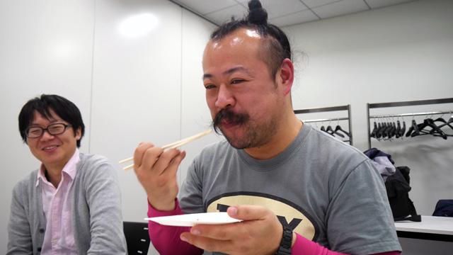 宮城さんも負けずにいい笑顔で食べてます