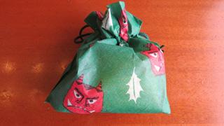 渋い和菓子屋の代名詞、「宗家 源 吉兆庵」にもかわいい鬼のきんちゃくに入った和菓子セットがあった。クリスマスみたいなノリですよねもはや!