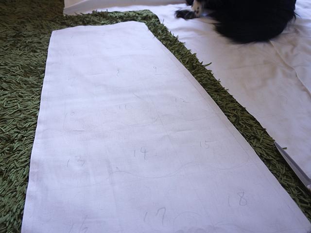 瓦も配置して、番号をつけた。余談だが大きな布を広げると必ず犬が乗ってきて作業が滞る。