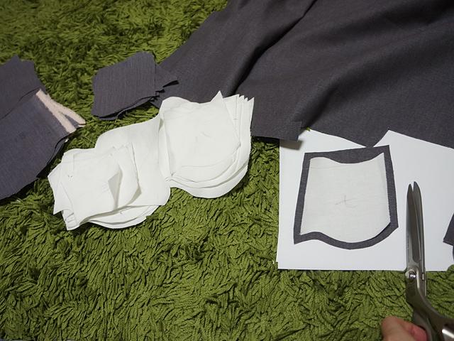 上の布を切って型紙にし、瓦用の別布を切り出す。