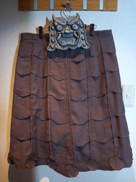 フリルスカートに見えなくもない。瓦フリルという新しくも古式ゆかしいジャンル。