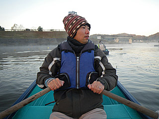 手漕ぎボートはちょっと寒いけど、移動しながら群れを探す楽しみがある。
