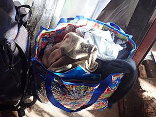 いくら厚着をしても不安だったので、重ね着用にカバン1個分の衣類を持参。