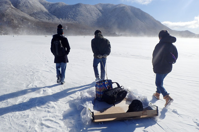 スキー板がついた移動式のテント。もはや気分は南極冒険隊である。