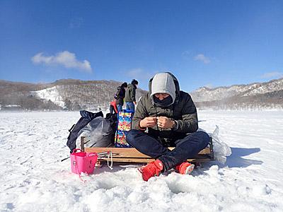 一緒に釣るのは幹事のヨッピーさん。「きっちり防寒してきて!」っていってた本人がジーパンにスニーカーだぞ。