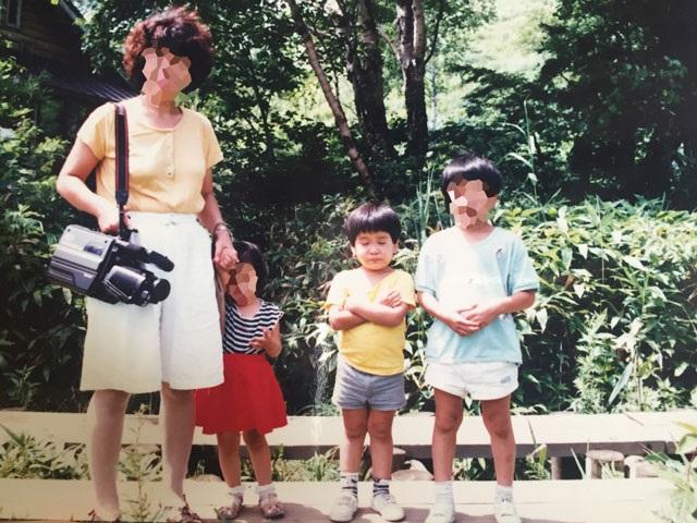 たぶん、小1の頃の私。母のカメラがまるで武器。
