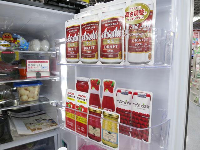 冷蔵庫の中を開けると現れる、食品を模した張りぼて(店内撮影可能なヨドバシにて)