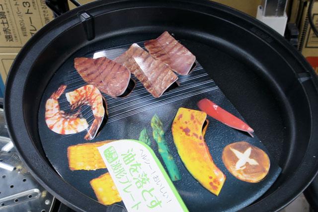 これは調理家電売り場で見つけたもの。本物のプレートに乗せることで、ただの肉と野菜が焼き肉に変わる。それにしても、紙を微妙に紙を折り曲げて、なんとか立体感を出そうとがんばっているところが泣ける