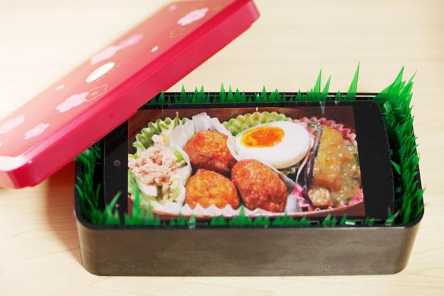 スマホを内蔵することで、弁当箱の中身を気分に合わせて自在に変更することが可能。これはフリー素材の弁当写真を使ってみた