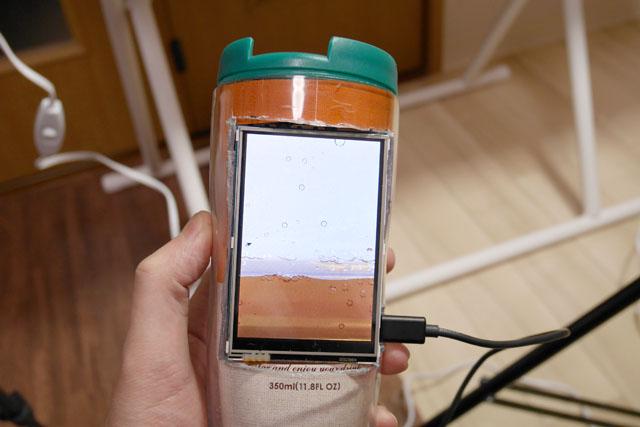 こちらは、デジタル弁当と一緒に持ち運べる「デジタルタンブラー」。電源ケーブルが出ているのを気にしてはいけない