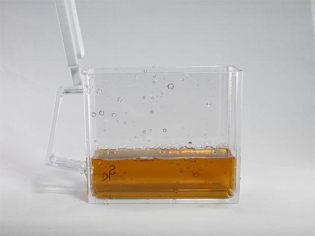 飲み物の方も同様に撮影する。試行錯誤の結果、容器に水滴を飛ばすという小細工が有効だと分かった