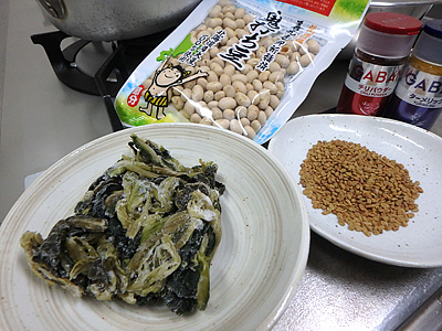 材料はグンドゥルックと豆と芋と玉葱。スパイス各種。
