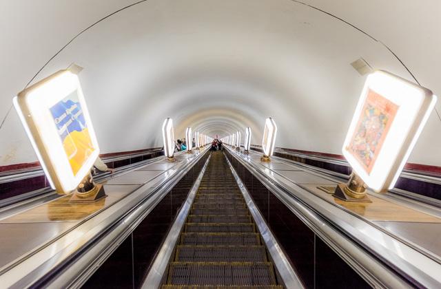 これが世界一深いアルセナーリナ駅のエスカレーター。一直線! 先が見えない! すごい!(→全天球画像はこちら)