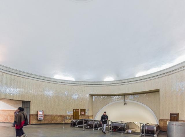 こういうドーム状の空間が2本のエスカレーターの間にはさまれているのだ。
