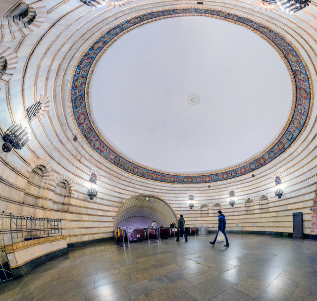 これは別の駅の中間ドーム(→全天球画像はこちら)。すてきな装飾とぽっかりした空間。