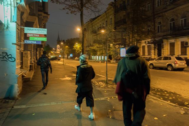 「自由時間は自分で勝ち取る!」とばかりに日の出前から街に繰り出す同志たち。かつてのソ連だけに「同志」の響きがしっくりくる。