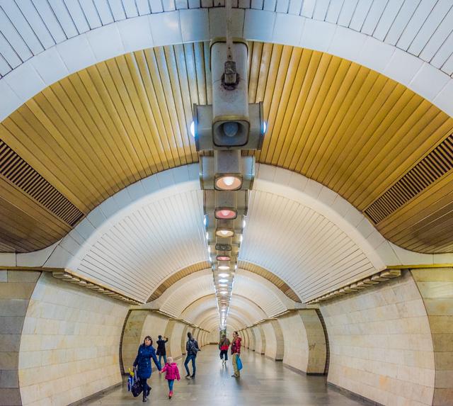 うってかわって、この駅のホームは未来っぽいデザイン! すごーくキュート! 「キエフの地下鉄駅で一番好きなのを選ばないとひどい目に合わせるぞ!」って脅されたら、悩んだ末にこれを選ぶかも。