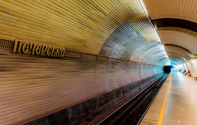 この駅は、柱の背後、線路の向こうの壁面もかっこいい。タイムトリップしそうなトンネル感。
