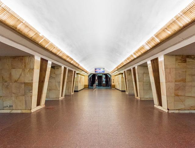 この駅もいい。シャープで堂々とした柱がすごくかっこいい。ルーバーの照明もすてきだ。