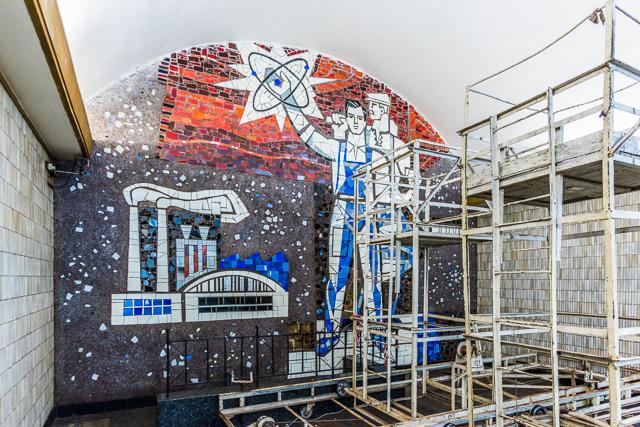 ホーム突き当たりの壁画シリーズは、これ見て回るだけでもすごく面白くて、たとえばこの駅のものなんかびっくりモチーフ。原発だ!