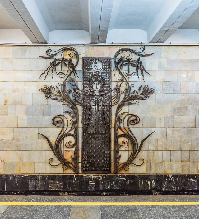 これとか。銀座線溜池山王駅のむずむずするパステル調ファンシー壁画とは大違いである。