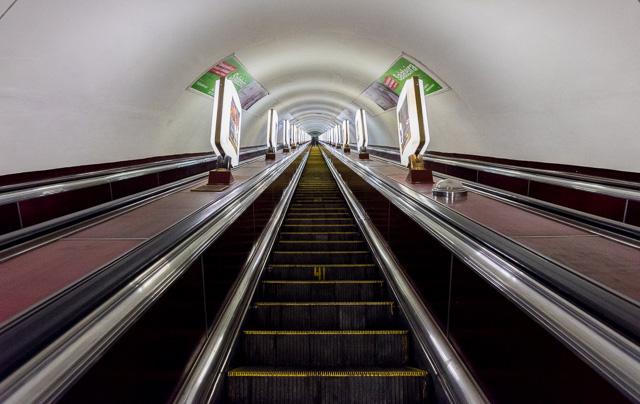 これが世界一深い地下鉄駅のエスカレーター! めくるめいちゃう!