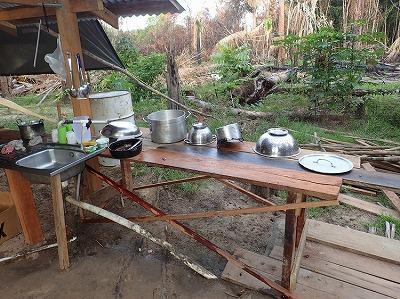 ジャングルの中にたたずむ集落で揃えた調理器と調味料で、挑むぜデンキウナギの蒲焼き(的なもの)!