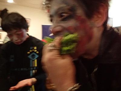 ゾンビが野菜も食べているレアなショット。