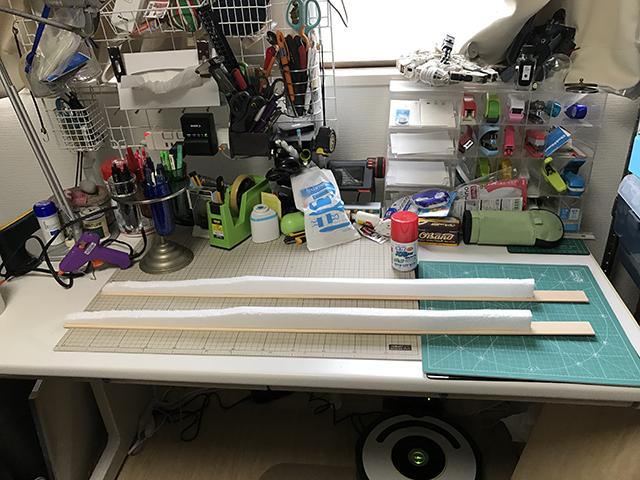 細長い板に発泡スチロールを貼り付け、ベースを作成。シンプル。