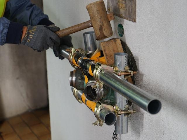 傷が付かないように隙間を木材で埋め、しっかりと固定する。