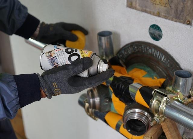 送水口を回しやすくするために潤滑油を染み込ませる。