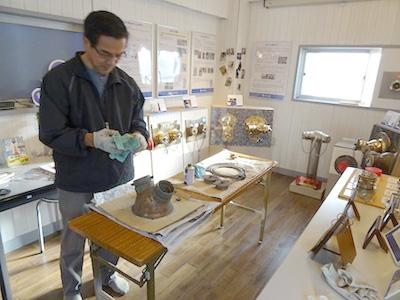 博物館で送水口を磨く館長。