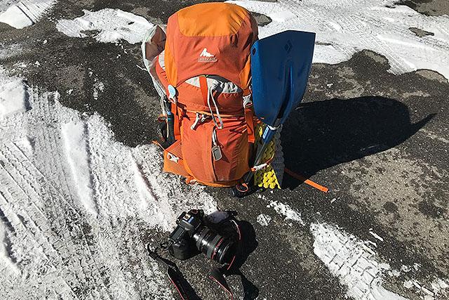 40リットルのザックに冬山テント泊装備を詰め込んだのでパンパン。カメラなど込みで18kg。テント泊の場合、スコップは必須。