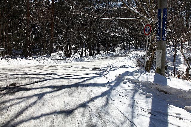 この道はカチカチに凍っていた。滑る。
