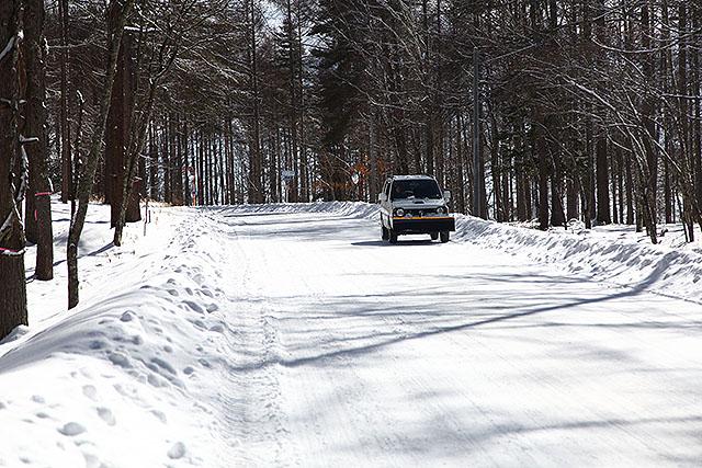 前にブレードがついた除雪車。見慣れないので面白い。