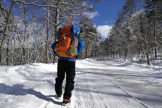 重い荷物を背負って歩くと、むしろ暑くなってくる(気温は-5℃くらい)。